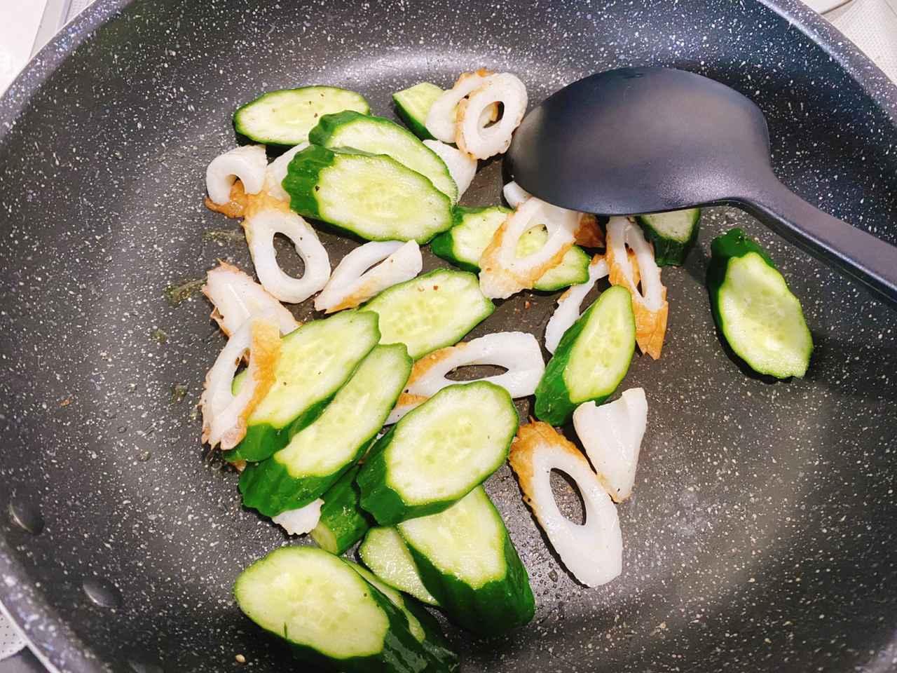 画像: ちくわときゅうりのカレーマヨ炒めの作り方