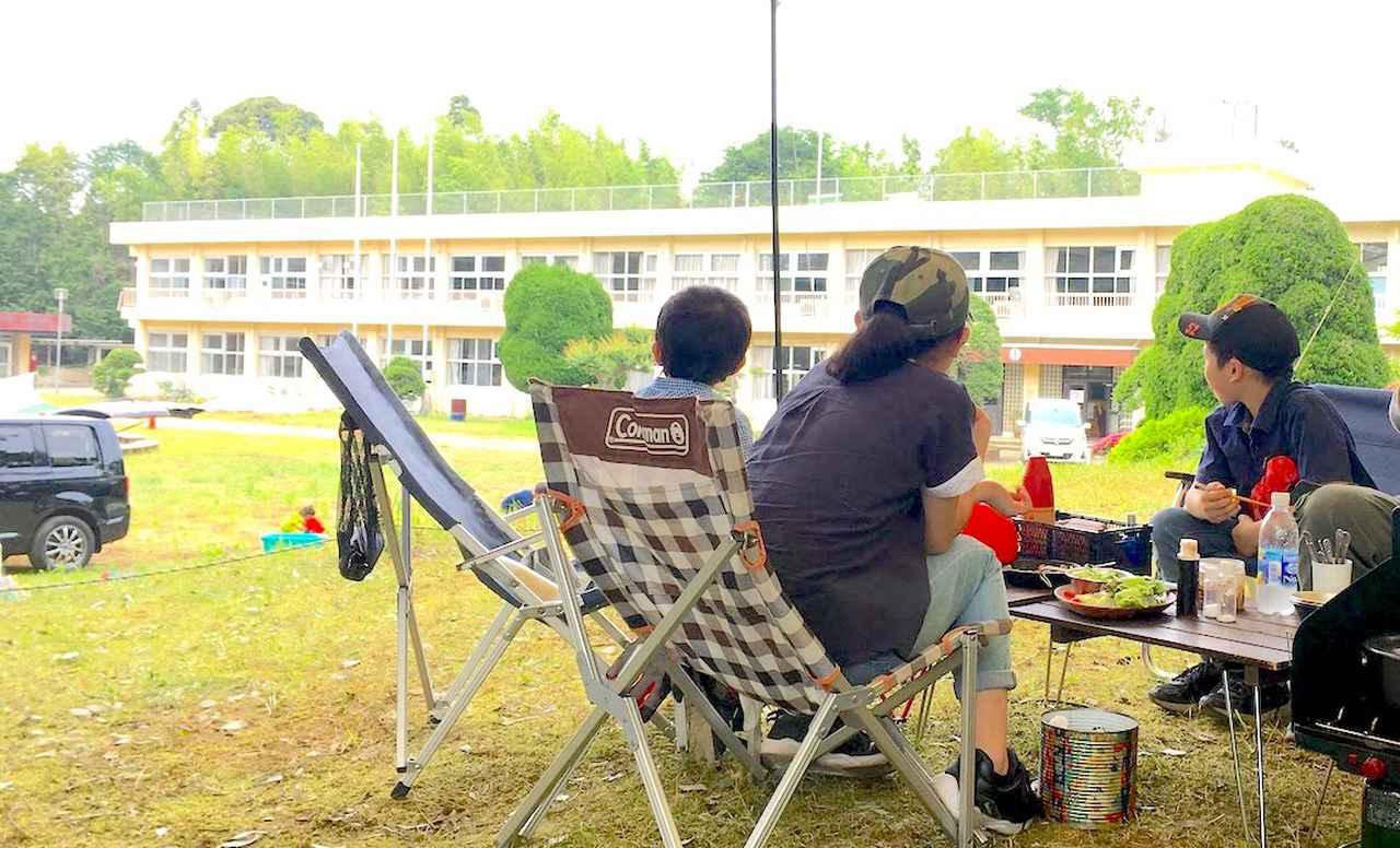 【体験ルポ】成田の廃校をリノベーション! 思い出話に花が咲く「校庭キャンプ」の4つの魅力