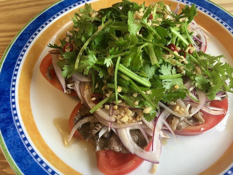 【トマトの夏レシピ3選】キャンプに嬉しい!お鍋不要な冷製スープや牛肉サラダ、無水カレーも