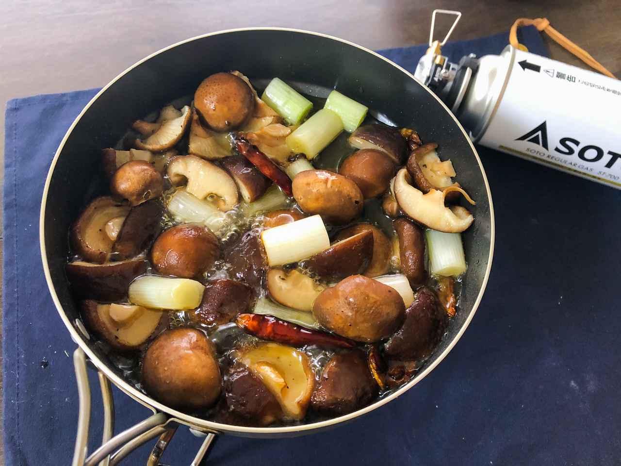 クッカー1つでめちゃ旨簡単レシピ!野菜を使ったソロキャンプ飯を3品ご紹介「椎茸のアヒージョ」「たけのこのバター炒め」「れんこん ブロッコリーの中華炒め」
