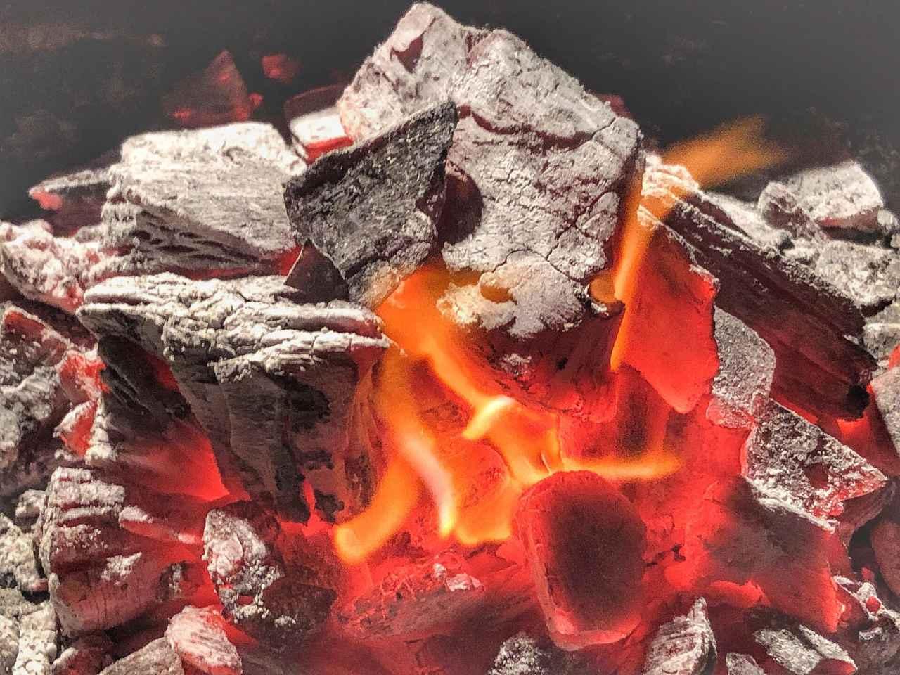 【炭の基礎知識】キャンプで使う木炭や豆炭を詳しく知ろう! 炭の種類や持ち運び・保管方法も紹介