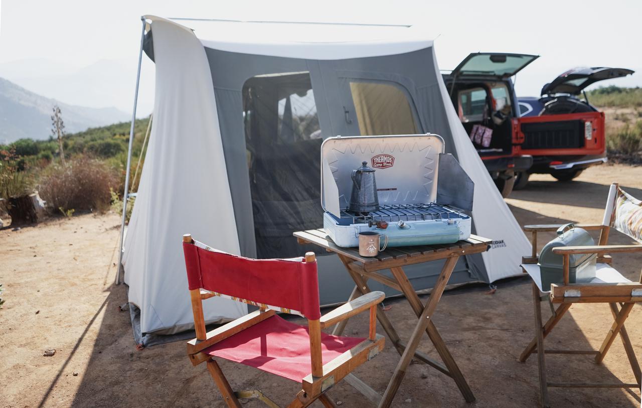 【筆者愛用】IKEA(イケア)ウッドテーブルがディレクターチェアとマッチ!テラスでもキャンプでも使い勝手抜群
