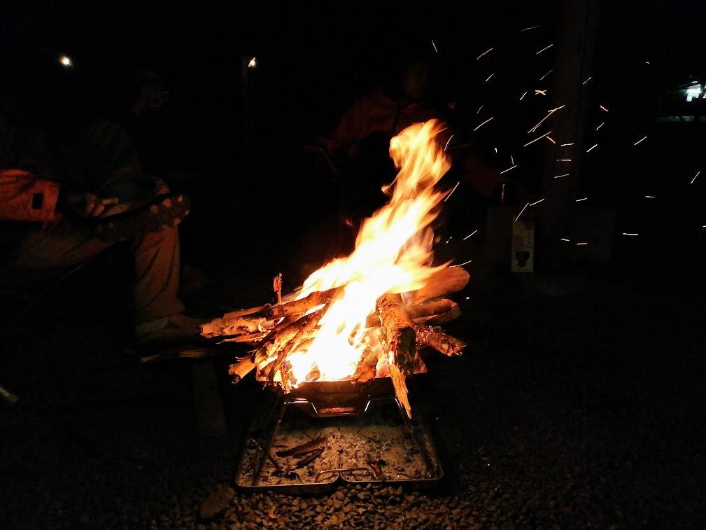 画像: 筆者撮影 焚き火を囲んで、夜はとてもいい時間♪