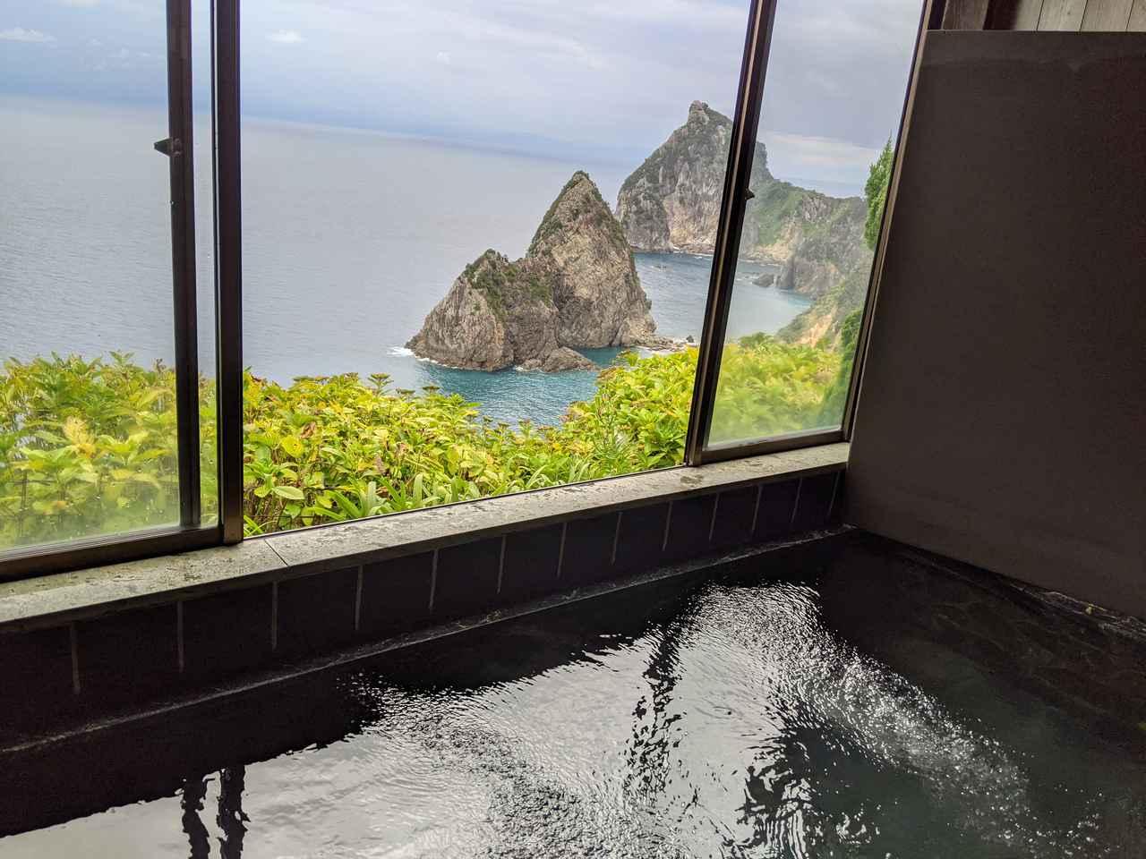 画像: 筆者撮影 窓から絶景が見える風呂が併設されたキャンプ場